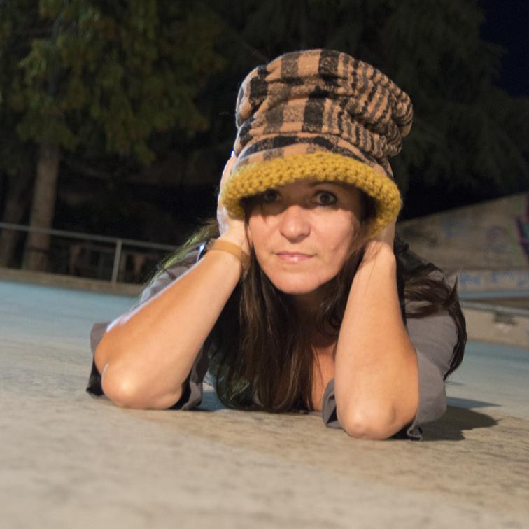 Cappello marrone con interno giallo senape. La tesa è corta e svasata verso il basso.